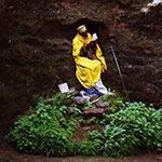 Hluboká spiritualita.   Svatý muž je oddán hlubokému pohroužení do svatých textů.   (Etiopie)