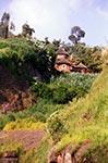 Horská vesnice vEtiopii.   Obyvatelé zdejších horských vesnic jsou křesťané - etiopští ortodoxní. VEtiopii mají 13. měsíců vroce, každý má 30 dní. Také čas je oproti všem okolním zemím posunutý. Etiopie má ale také svůj unikátní letopočet, je tam oosm let méně než vEvropě.   (Etiopie)