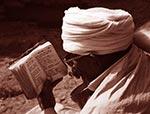 Hloubání.   Starý svatý muž je zahloubán do bible. Tato část etiopských velehor je prosycena křesťanskou mystikou adýchá Kristem.   (Etiopie)