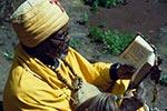 Z bible.   Svatí muži často obývají malé jeskyňky, kde čtou zbible aoddávají se hlubokým modlitbám. Přes svou chudobu se ale těší velké váženosti uzdejšího křesťanského obyvatelstva. Jsou to poutníci, jejichž domovem jsou etiopské hory.   (Etiopie)