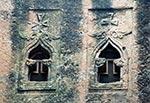Okna.   Kamenné lalibelské kostely vEtiopii jsou unikátně zdobeny křesťanskými motivy. Etiopské ortodoxní křesťanství vtéto zemi vyznává 52,5% populace.   (Etiopie)