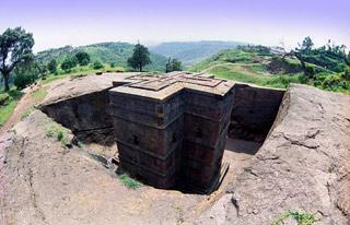 Lalibela.   Kostel St. George je nejposvátnější ze všech vLalibele ataké jako jediný není naštěstí zastřešený nevzhlednou konstrukcí. Byl údajně vystavěn na popud samotného svatého Jiří, kterému se nelíbilo, že mu není zasvěcen žádný kostel vLalibele.   (Etiopie)