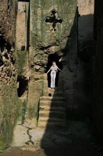 Michaela vlalibelských chodbách.   Tajné chodby zlalibelských kostelů ústí až vdalekých lesích.   (Etiopie)